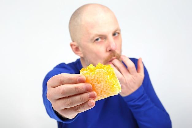 Homens apetitosos se oferecem para comprar mel em favo. dieta saudável