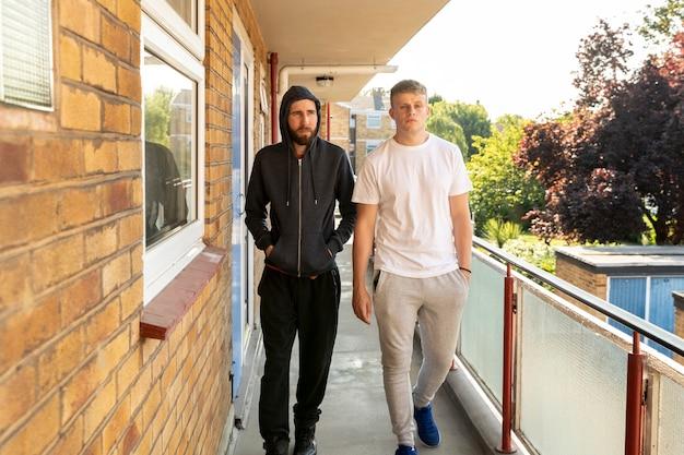 Homens armados na varanda