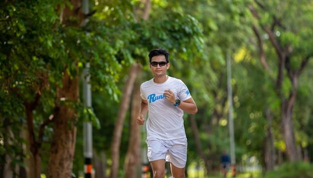 Homens asiáticos correndo e correndo no parque