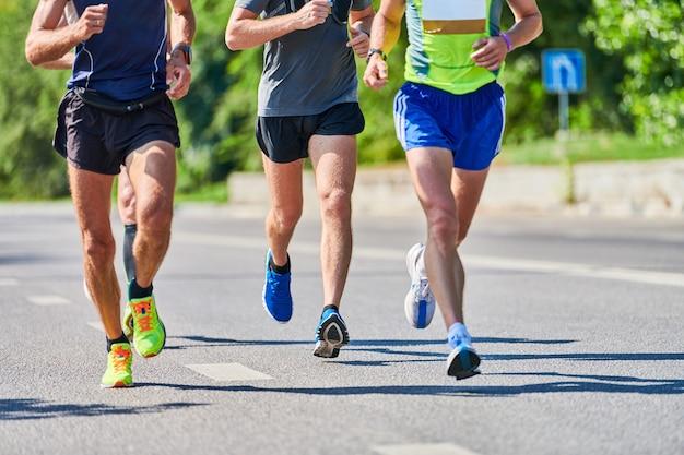 Homens atléticos correndo com roupas esportivas na cidade