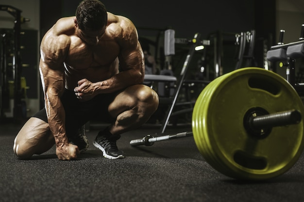 Homens atléticos fortes bonitos, bombeando os músculos treino conceito de musculação