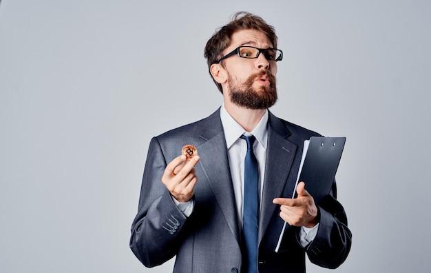 Homens bitcoin moeda taxa de câmbio documentos moeda óculos negócios finanças. foto de alta qualidade