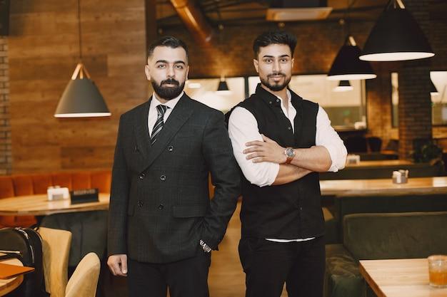 Homens bonitos em um restaurante