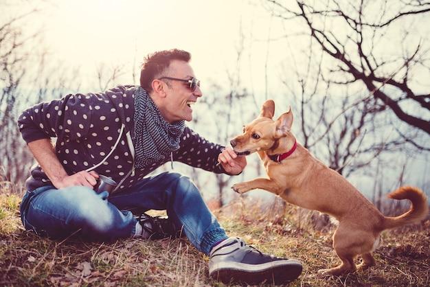 Homens brincando ao ar livre com cachorro