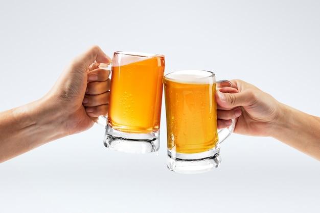 Homens brindando com cerveja em fundo branco