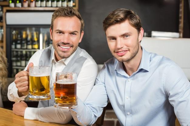Homens brindando com cervejas