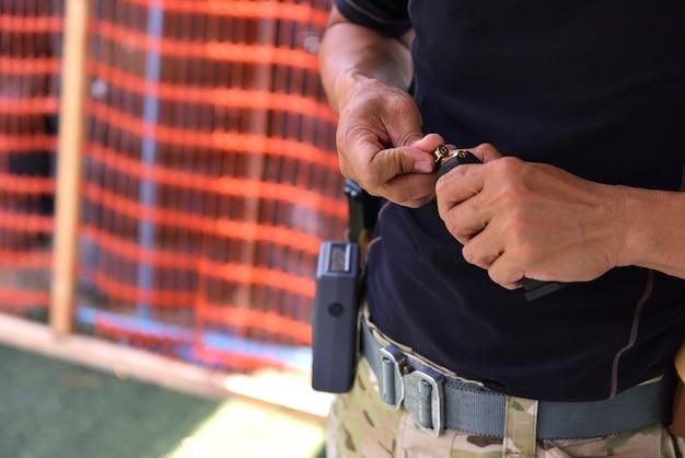 Homens carregando balas