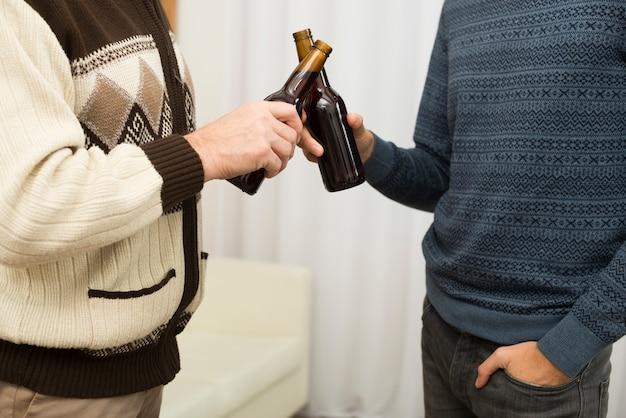 Homens, clanging, garrafas, em, sala