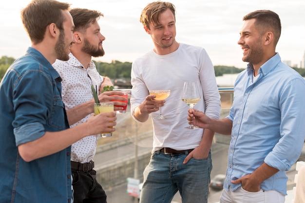 Homens, com, bebidas, em, um, partido