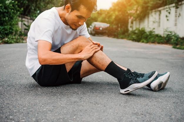 Homens com dor no joelho enquanto jogging