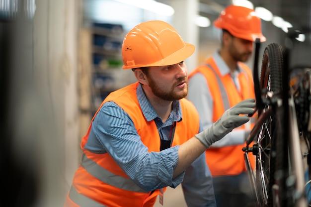 Homens com equipamentos de segurança no trabalho