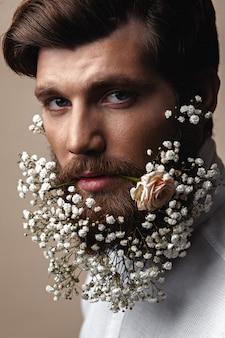 Homens com flores em suas barbas