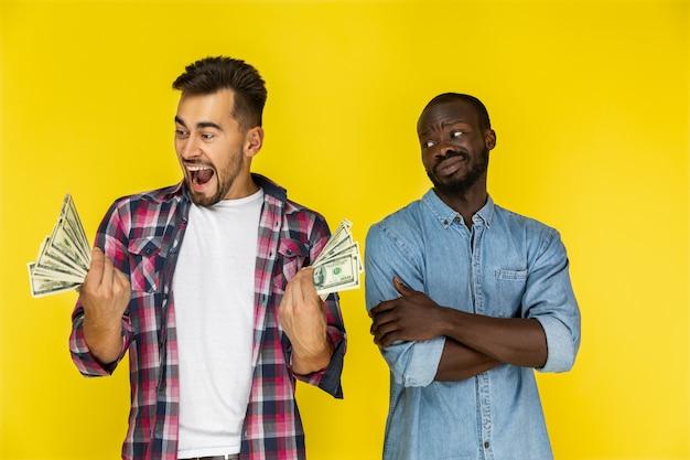 Homens com notas de dólar