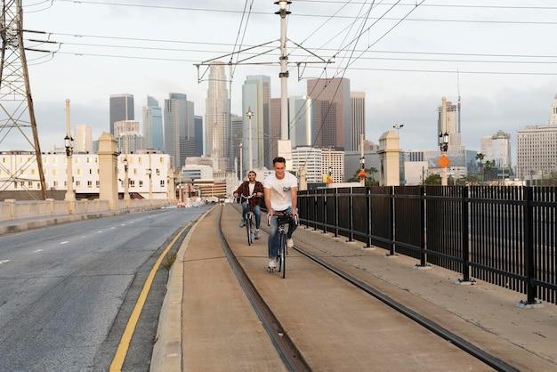 Homens completos andando de bicicleta