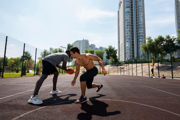 Homens consideráveis que treinam possibilidade remota