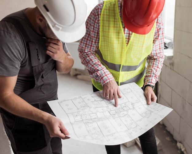 Homens de alto ângulo olhando para o projeto