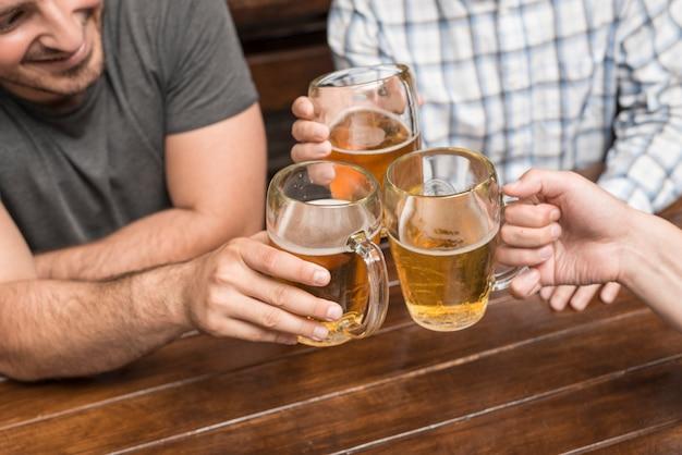 Homens de colheita comemorando em pub