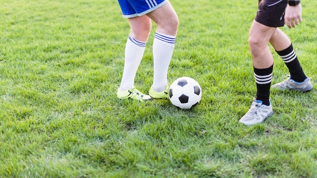 Homens de colheita jogando futebol