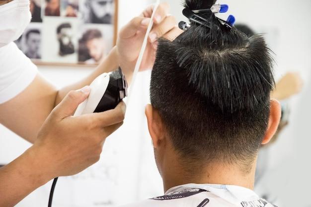 Homens de corte de cabelo barbearia. cabeleireiro masculino. barbeiros.