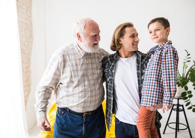 Homens de diferentes gerações juntos e abraçando