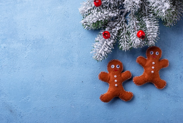 Homens de gengibre de natal feitos de feltro