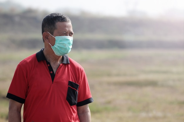 Homens de meia-idade usam máscaras de saúde ao ar livre para prevenir vírus