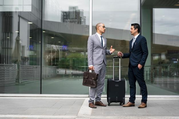 Homens de negócios acordo negócio mãos shake