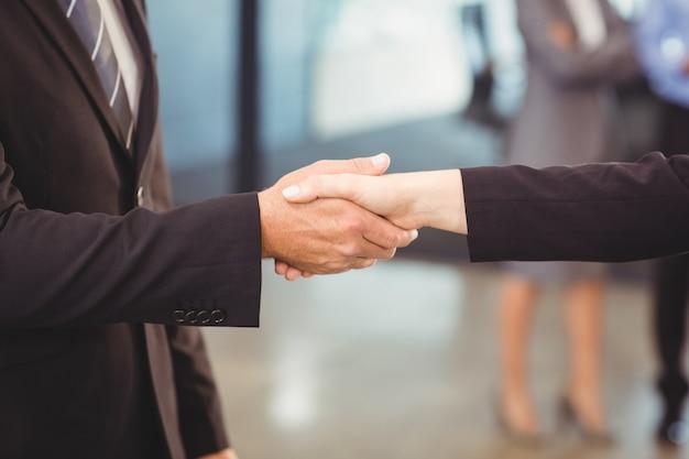Homens de negócios, apertando as mãos