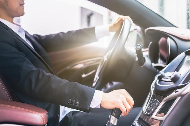 Homens de negócios dirigem fotos laterais de carros