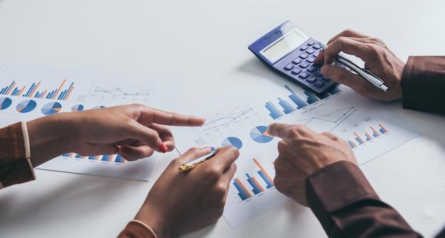 Homens de negócios e mulheres discutindo com dados financeiros