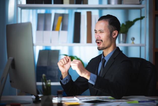Homens de negócios estão planejando seus planos de negócios para uma empresa em crescimento.