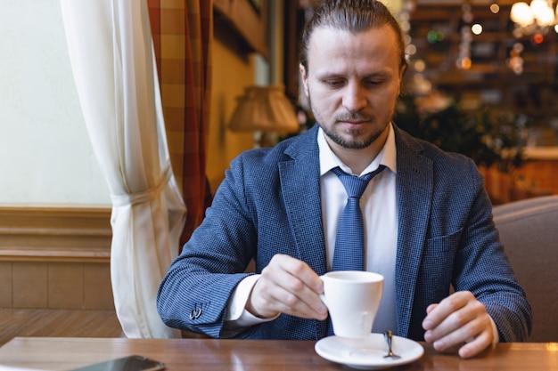 Homens de negócios que bebem um café na barra do café durante a ruptura do coffe.