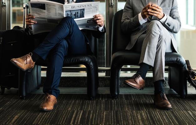 Homens de negócios quebrar sit ler jornal