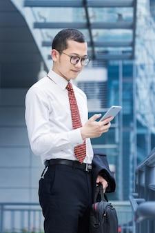 Homens de negócios respondem telefones na porta do escritório