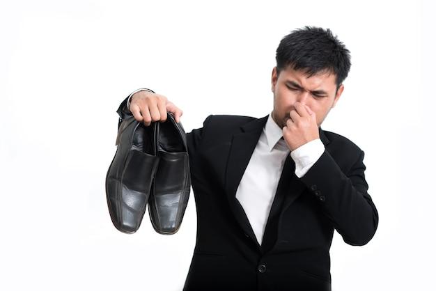 Homens de negócios, trabalhadores corporativos, um nariz beliscar algo fede