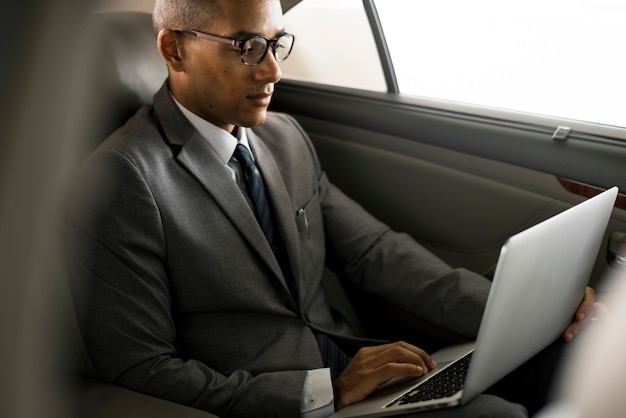 Homens de negócios usam carro laptop