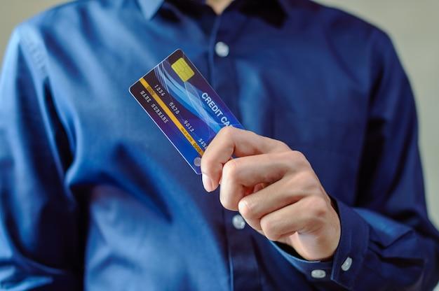 Homens de negócios usam cartões de crédito ao fazer compras e fazer negócios