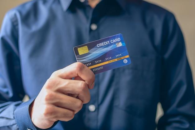 Homens de negócios usam cartões de crédito em azul