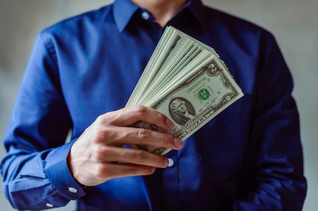 Homens de negócios usam dinheiro para fazer compras e fazer negócios