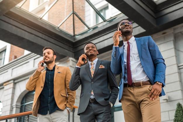 Homens de terno falando ao telefone