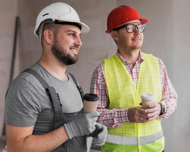 Homens de tiro médio segurando café