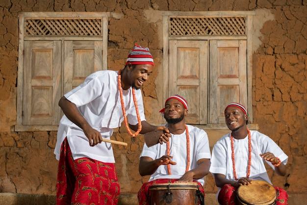 Homens de tiro médio tocando música