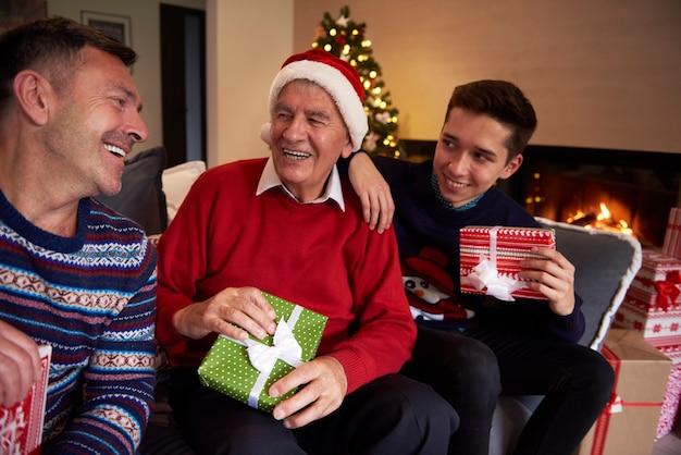 Homens de três gerações sentados no sofá