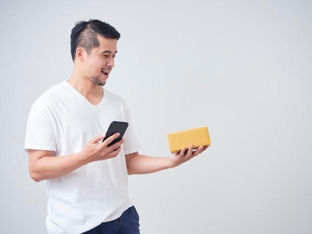 Homens detém caixa de compras online