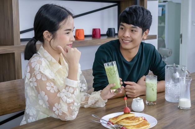 Homens e mulheres bebem chá verde gelado