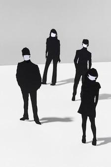 Homens e mulheres com máscaras médicas durante a pandemia