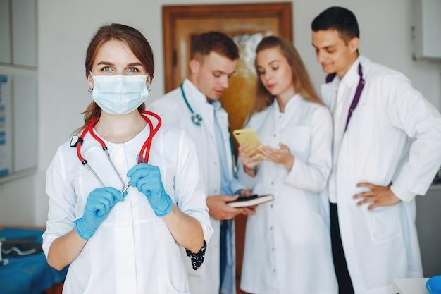 Homens e mulheres em estudo de batas de hospital