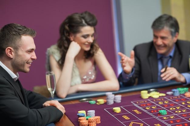 Homens e mulheres falando no jogo de craps