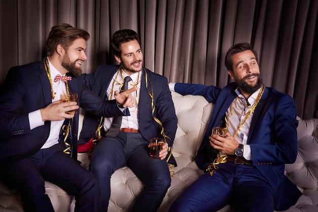 Homens elegantes com whisky
