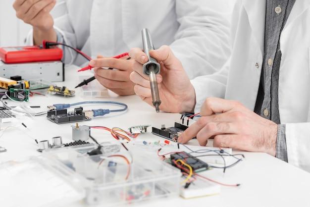 Homens em laboratório fazendo experimentos de perto